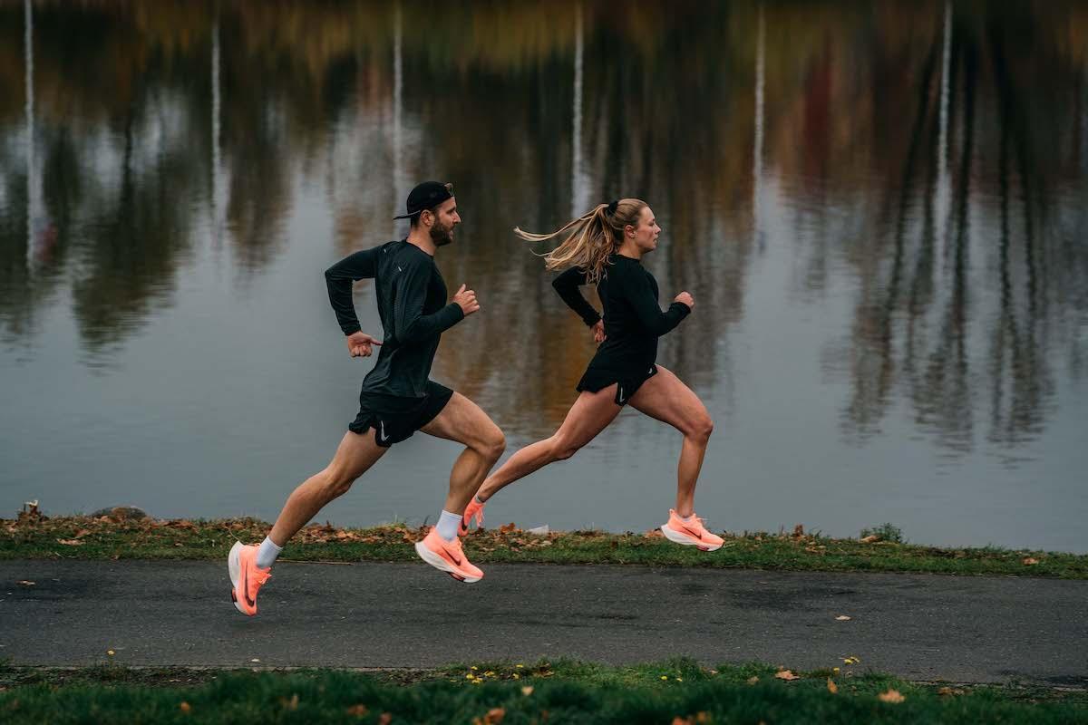 Zwei Läufer joggen auf einem Fußweg am Fühlinger See