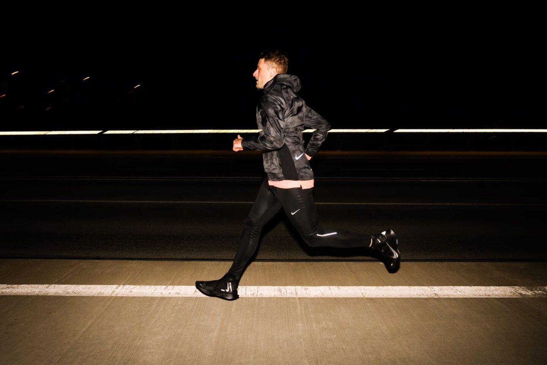 Ein Läufer joggt durch die Nacht