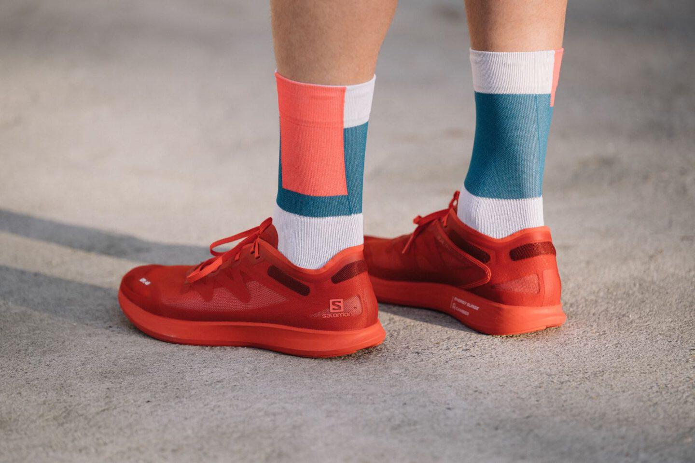Ein Portrait des Laufschuhs Salomon SLAB Phantasm getragen von einem Läufer