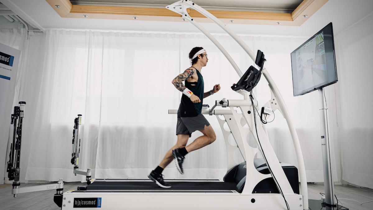 Ultraläufer Florian Neuschwander auf einem Laufband