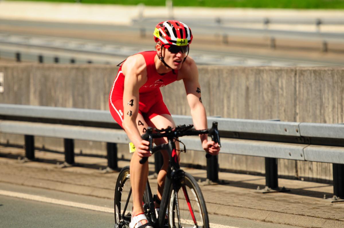 Ein Triathlet auf ein einem Rennrad
