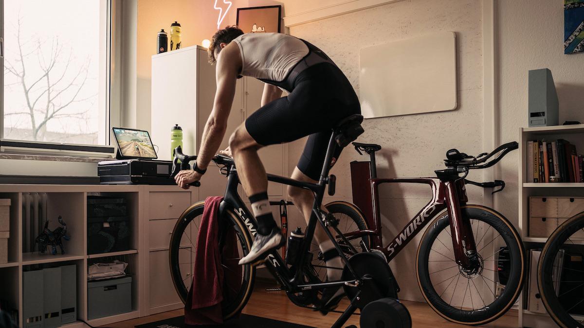 Ein Sportler beim Indoor-Rad-Training in einer Wohnung