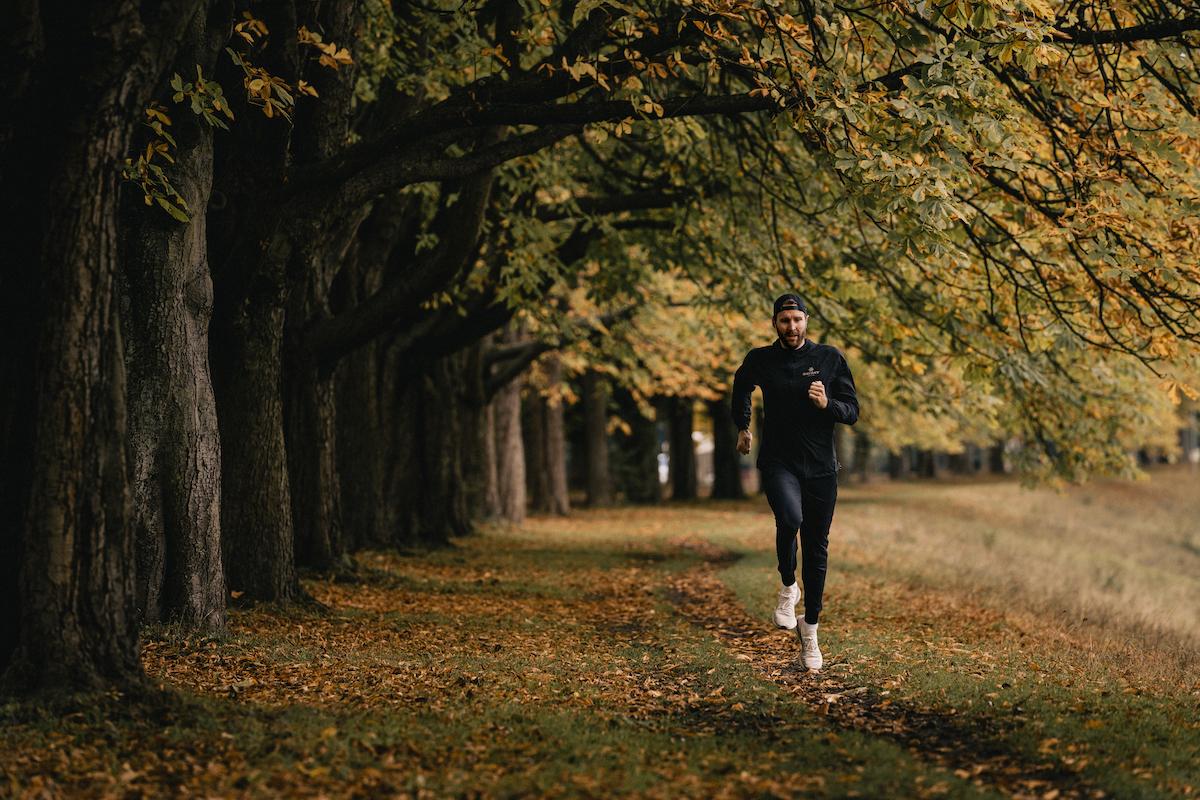 Ein Läufer joggt durch herbstliche Natur