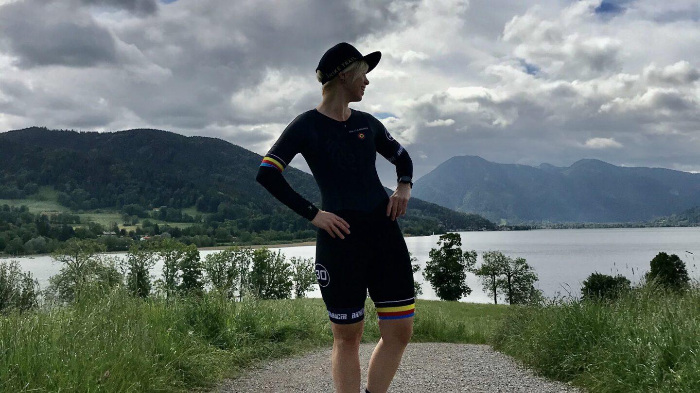 Eine Sportlerin vor einem von Bergen umgebenen See
