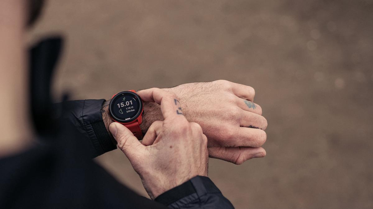 Blick über die Schulter eines Läufers mit Fokus auf eine Laufuhr