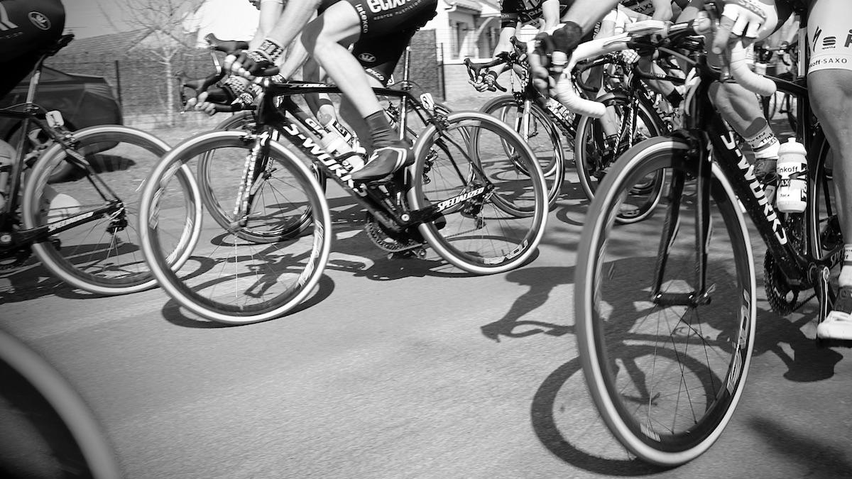 Mehrere Fahrräder fahren in einem Radrennen über die Straße