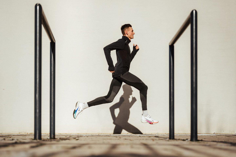 Der Läufer Karl Bebendorf beim Laufen mit seinem Schatten an der Wand